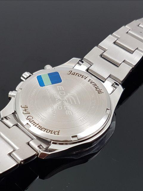 Gravírovaný text s venovaním na hodinkách CASIO EDIFICE