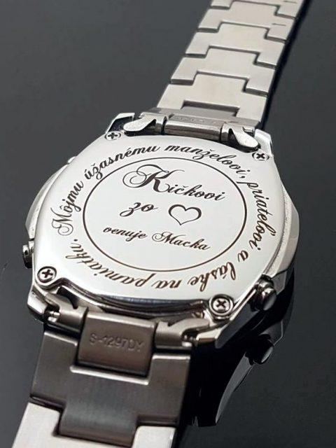 Gravírované venovanie na zadný kryt hodiniek