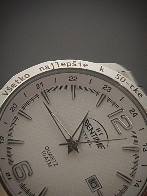 Gravírovaný text na lunete hodiniek BENTIME